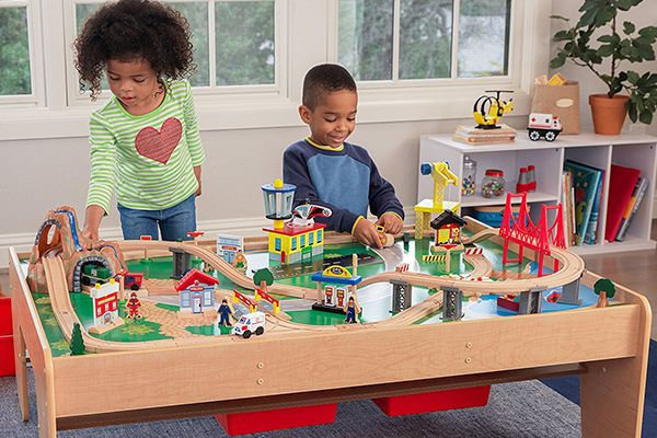 Circuit de train sur table en bois Kidkraft
