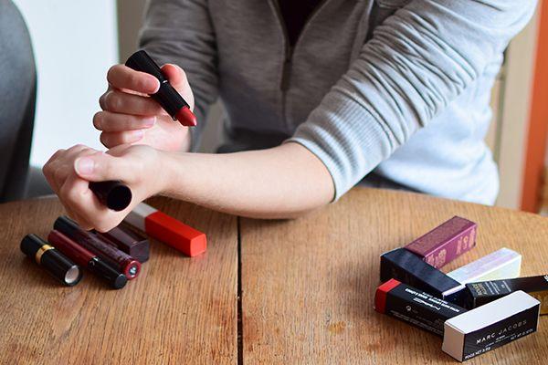 Application des rouges à lèvres